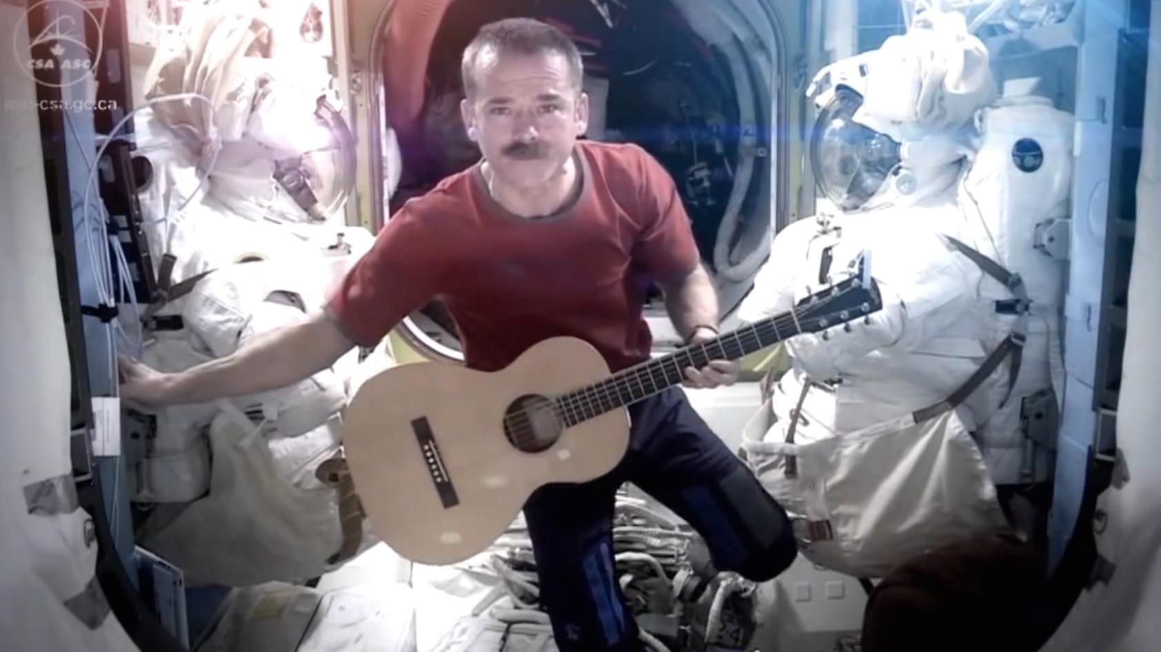 """Screenshot_HadAstronaut Chris Hadfield singt David Bowies """"Space Oddity"""" auf der ISS, video.field_ISS_Mein Leben im All_1"""