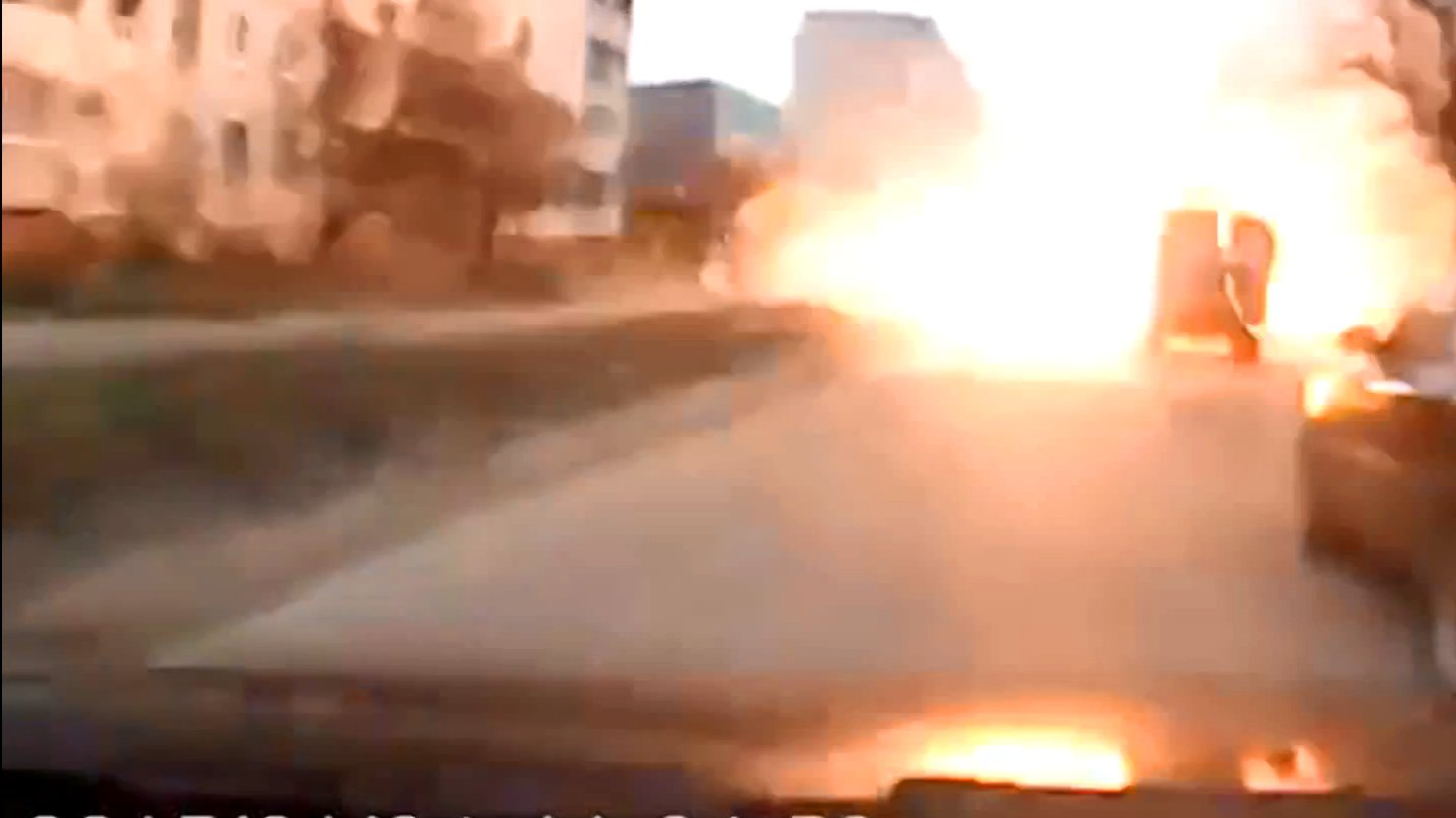 Eine Autokamera filmt eine Explosion in Mariupol in der Ukraine.