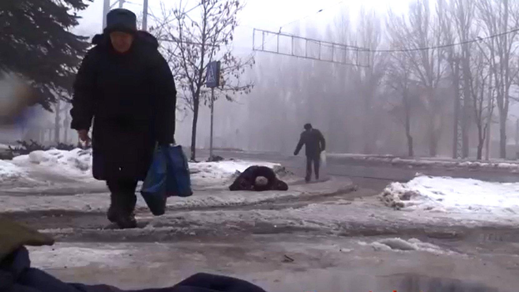 Eine Bushaltestelle in Donezk gerät unter Beschuss.
