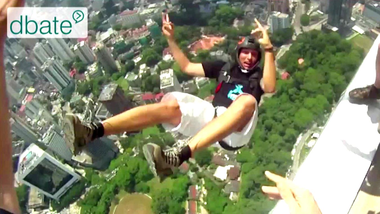 Base-Jumper springt mit gepacktem Fallschirm von Gebäude in Malaysia.