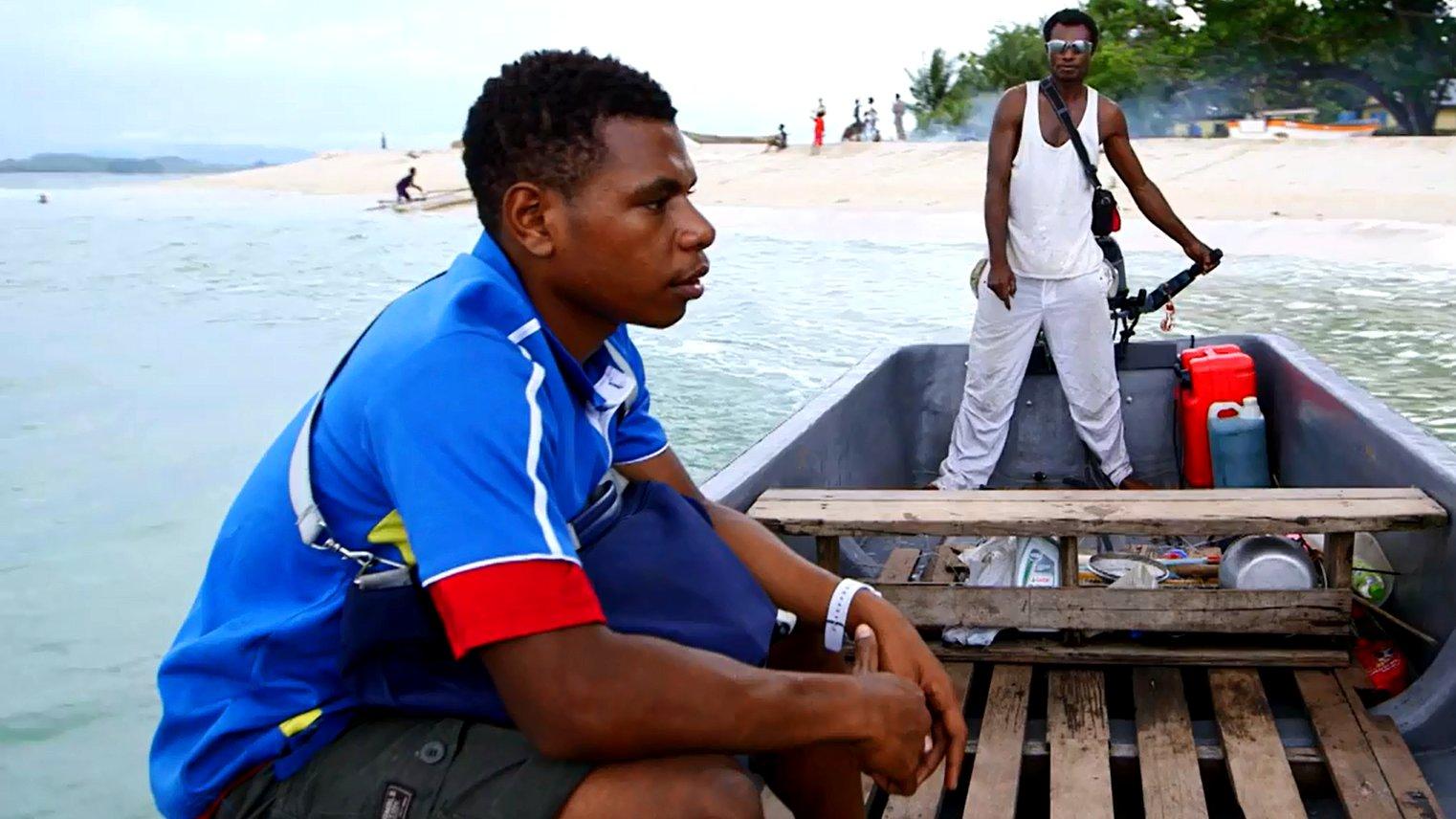 Ein Mann sitzt in Papua-Neuguinea in seinem Boot.