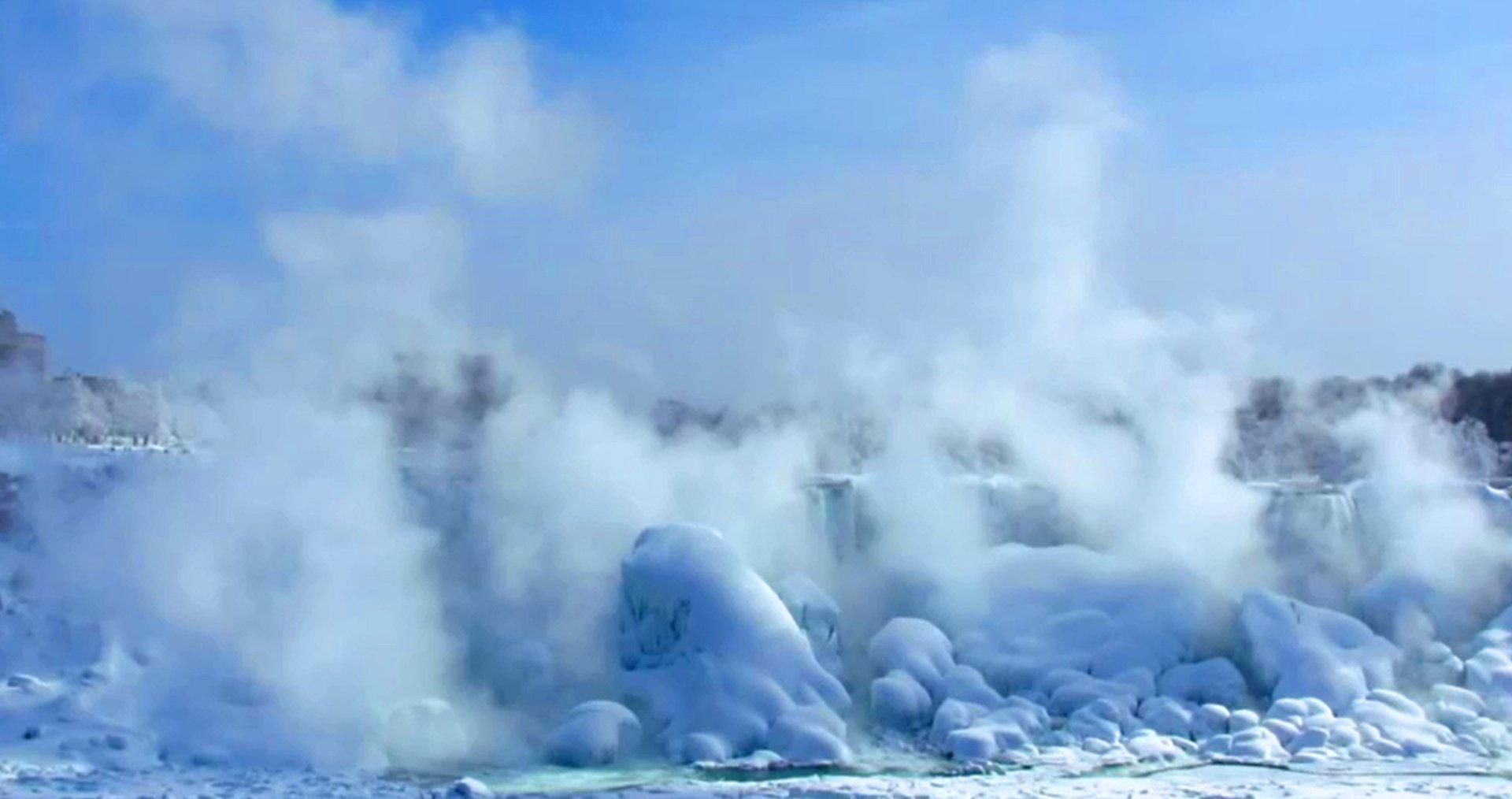 Gefrorene Nigara-Wasserfälle unter Eis