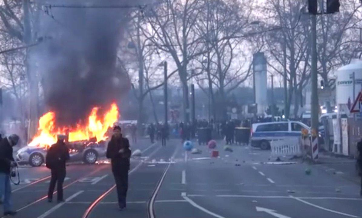 Brennender Polizeiwagen in Frankfurt bei den Blockupy-Protesten in Frankfurt
