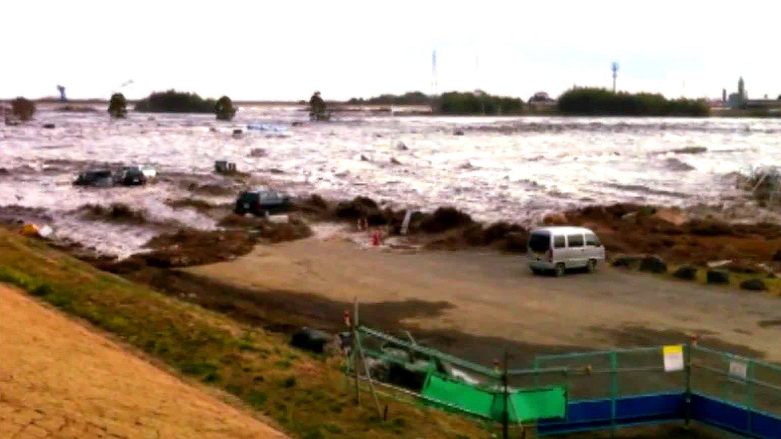 Tsunami-Welle rollt 2011 auf Japan zu.