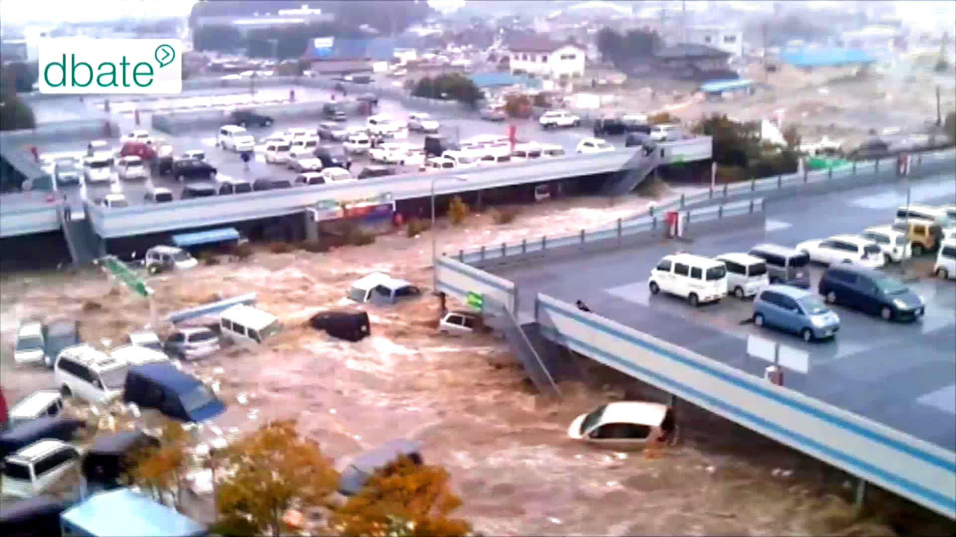 Eine Tsunami-Welle rollt 2011 auf die japanische Küste zu.