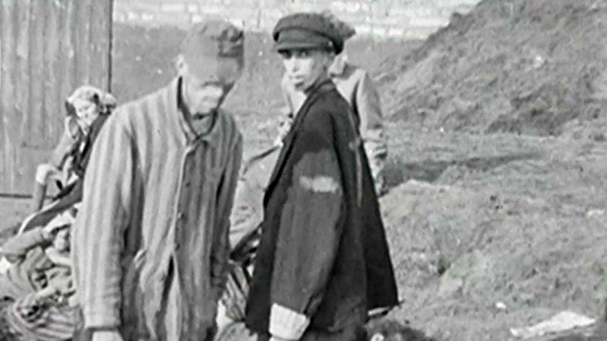 Ein KZ-Überlebender im Konzentrationslager Bergen Belsen 1945.