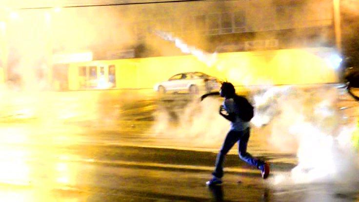 Ein US-Demonstrant wirft einen Tränengasgranate.