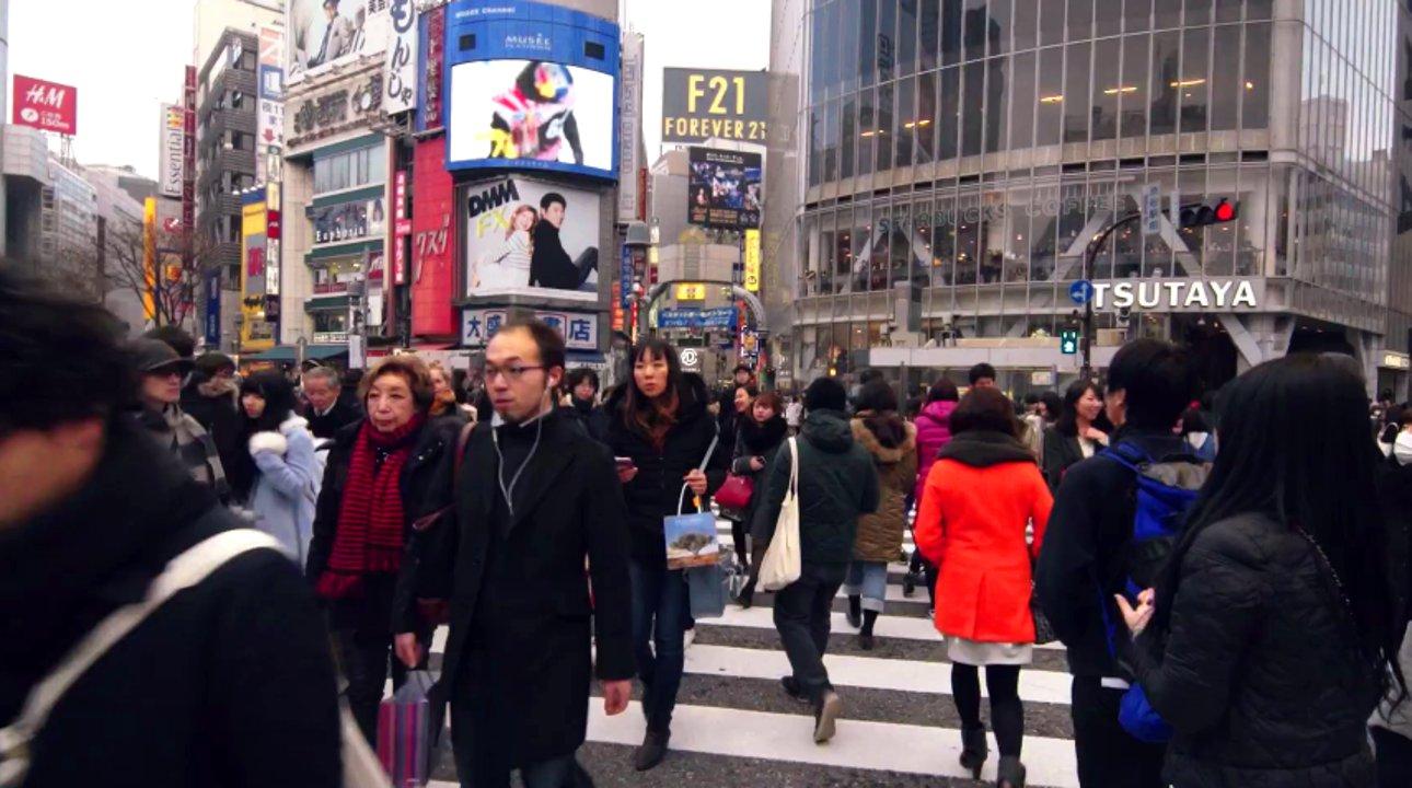 Überfüllte Straßen, Atemmasken, spirituelle Tempel und Bambuswälder – Tokio ist eine der aufregendsten Weltstädte, die einem unterschiedlichste, teils kontroverse, Eindrücke bietet. Die Jungs von jacksgap.com filmen mit Hilfe einer Helmkamera und schaffen damit einen sehr intimen Einblick in die Lebenswirklichkeit der japanischen Metropole.