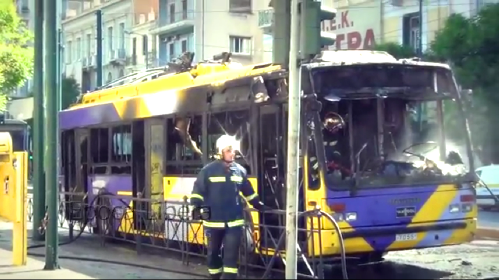 Ausgebrannter Bus in Athen, Griechenland