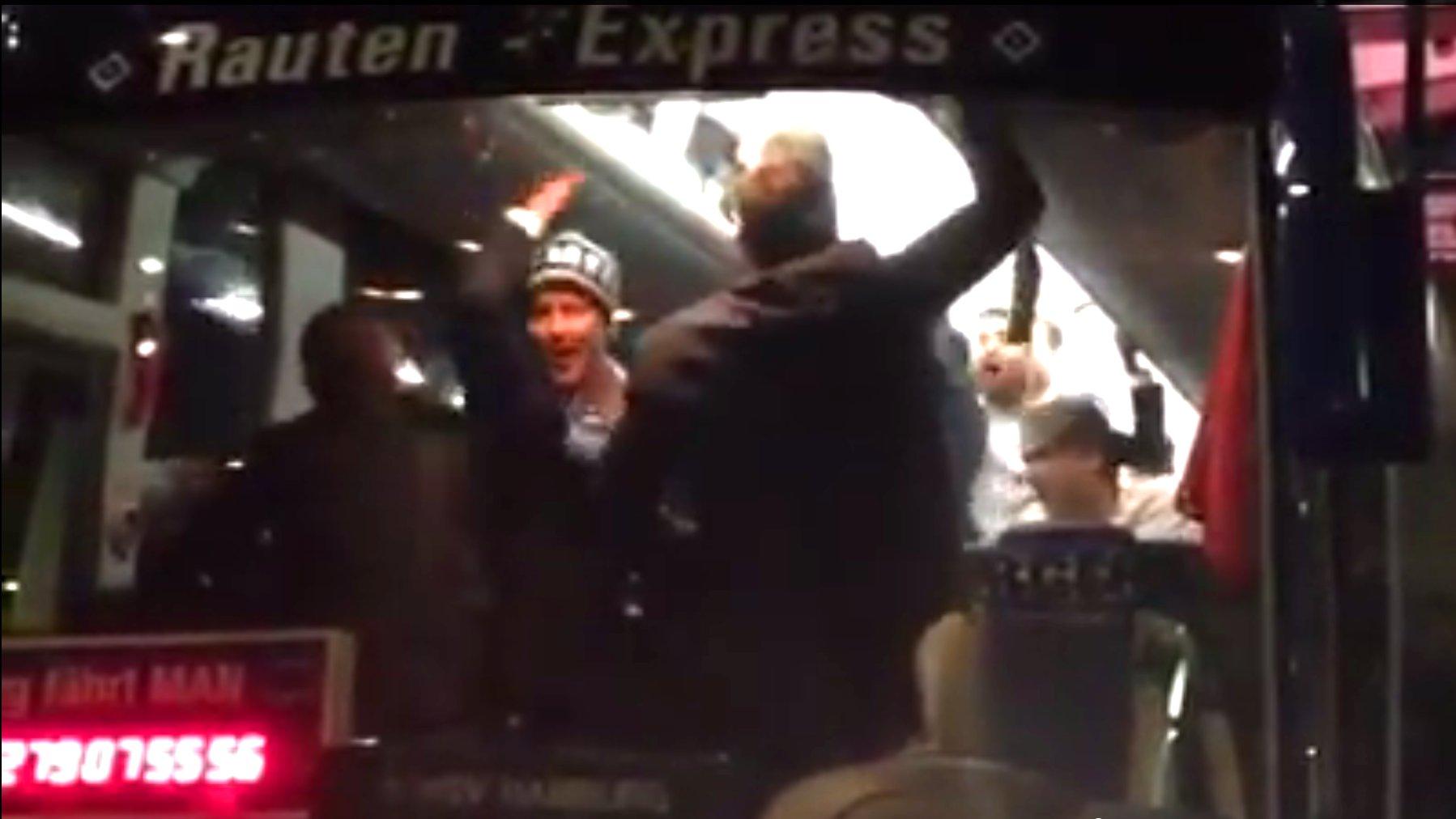 HSV-Spielern feiern den Klassenerhalt im Mannschaftsbus