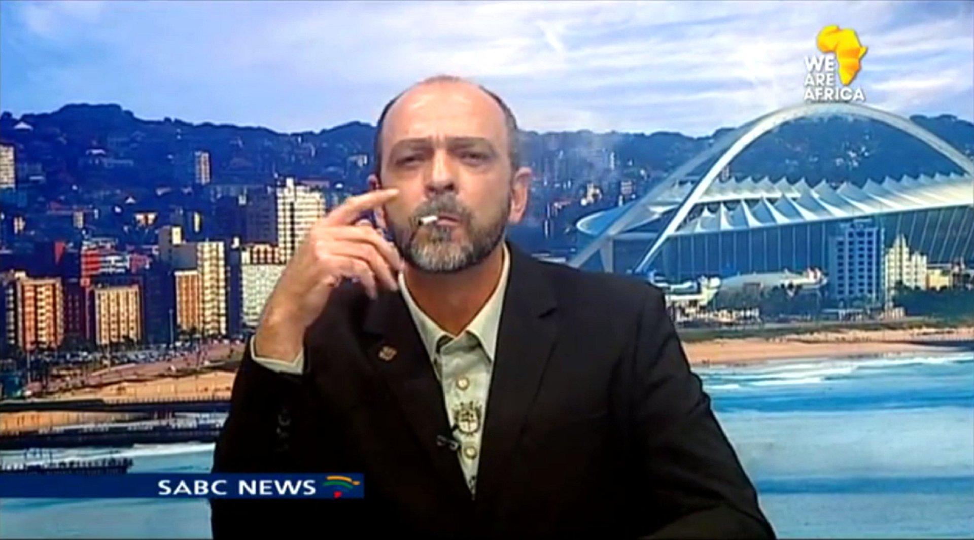 Sehr medienwirksam zündete sich Andre du Plessis, Leiter der südafrikanischen Cannabis Working Group, während eines live Interviews mit dem südafrikanischen Fernsehsenders (SABC Newsroom Show) eine tüte an.