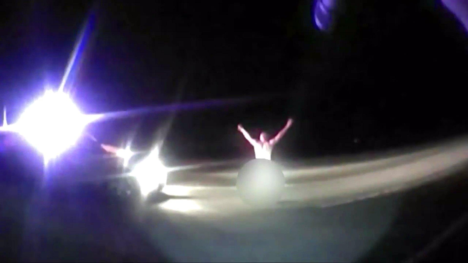 Nackter Mann vor US-Polizeiwagen, 2015.
