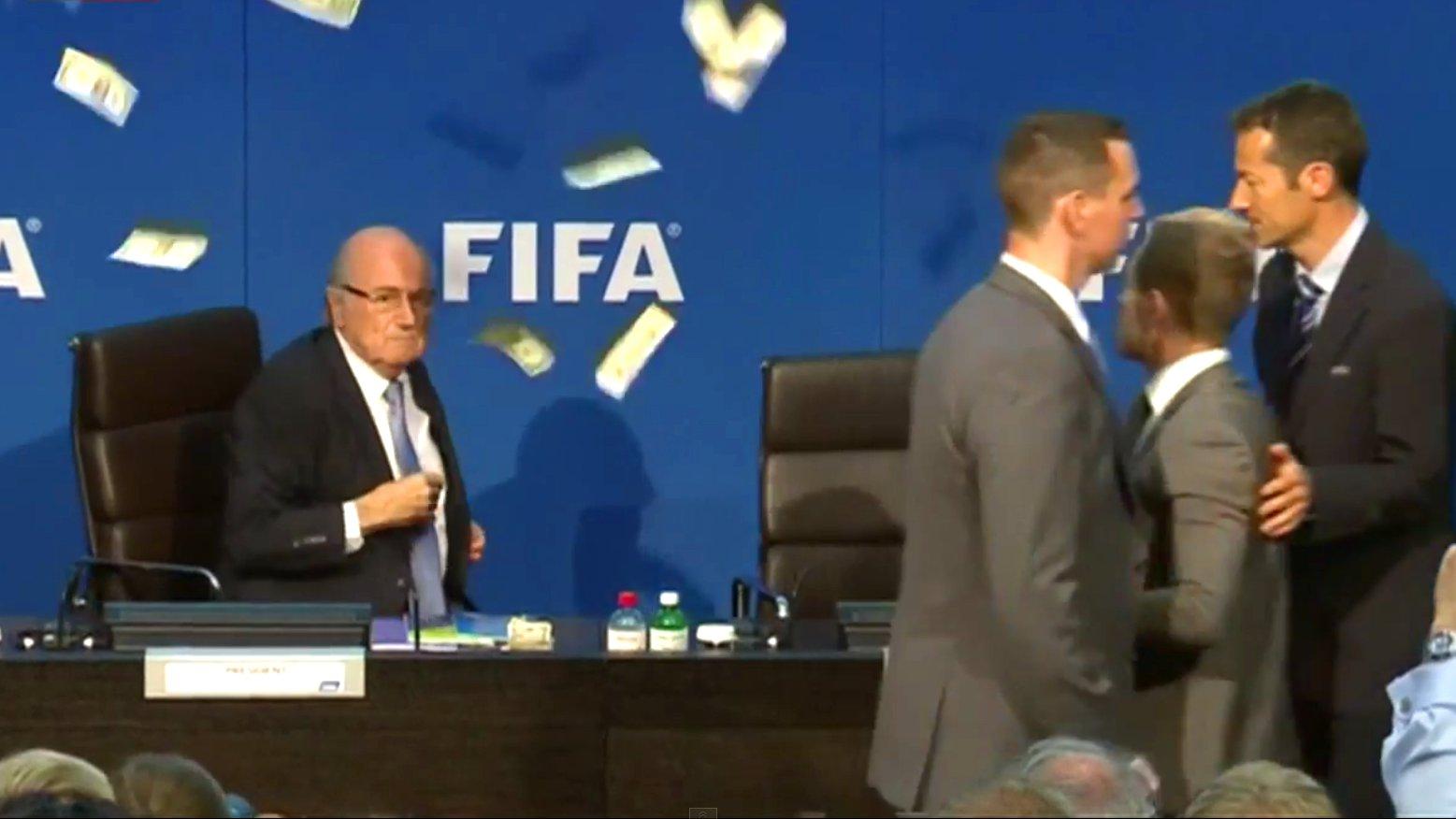 FIFA-Präsident Sepp Blatter erhält einen Geldregen von Lee Nelson, 2015.