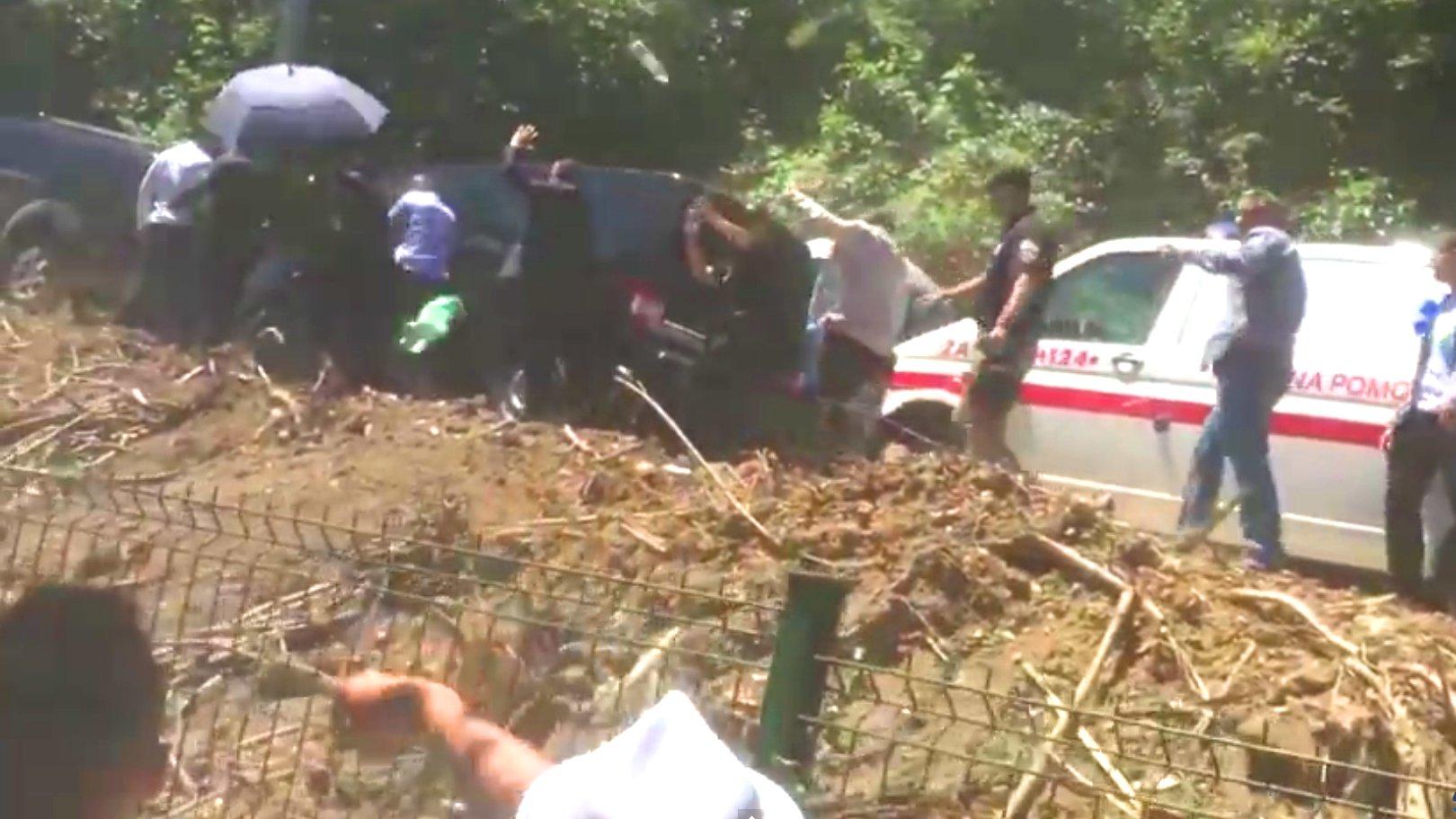 Brutale Steinattacke auf Serbiens Regierungschef Vučić bei Srebrenica Gedenkfeier