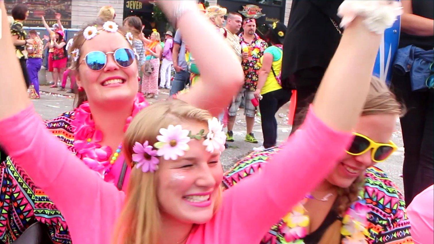Frauen feiern beim Schlagermove 2015 in Hamburg.