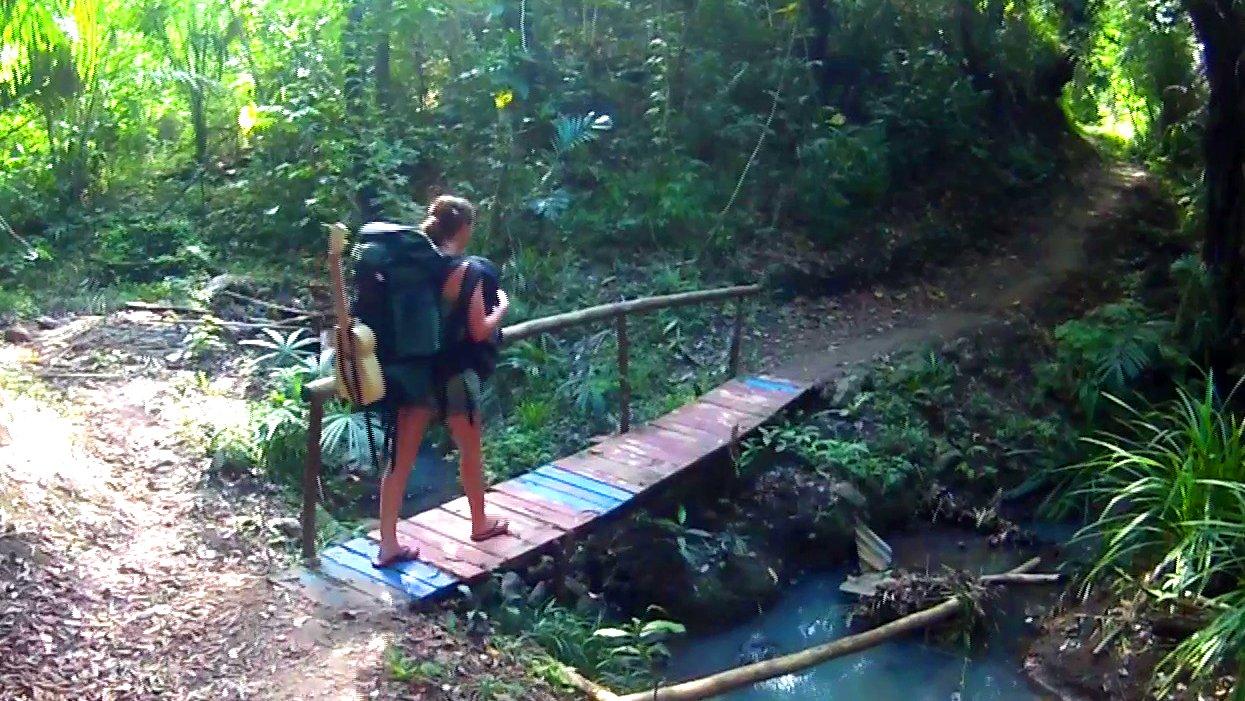 Weltreisenden Reiseblogger unterwegs im Dschungel, 2015.