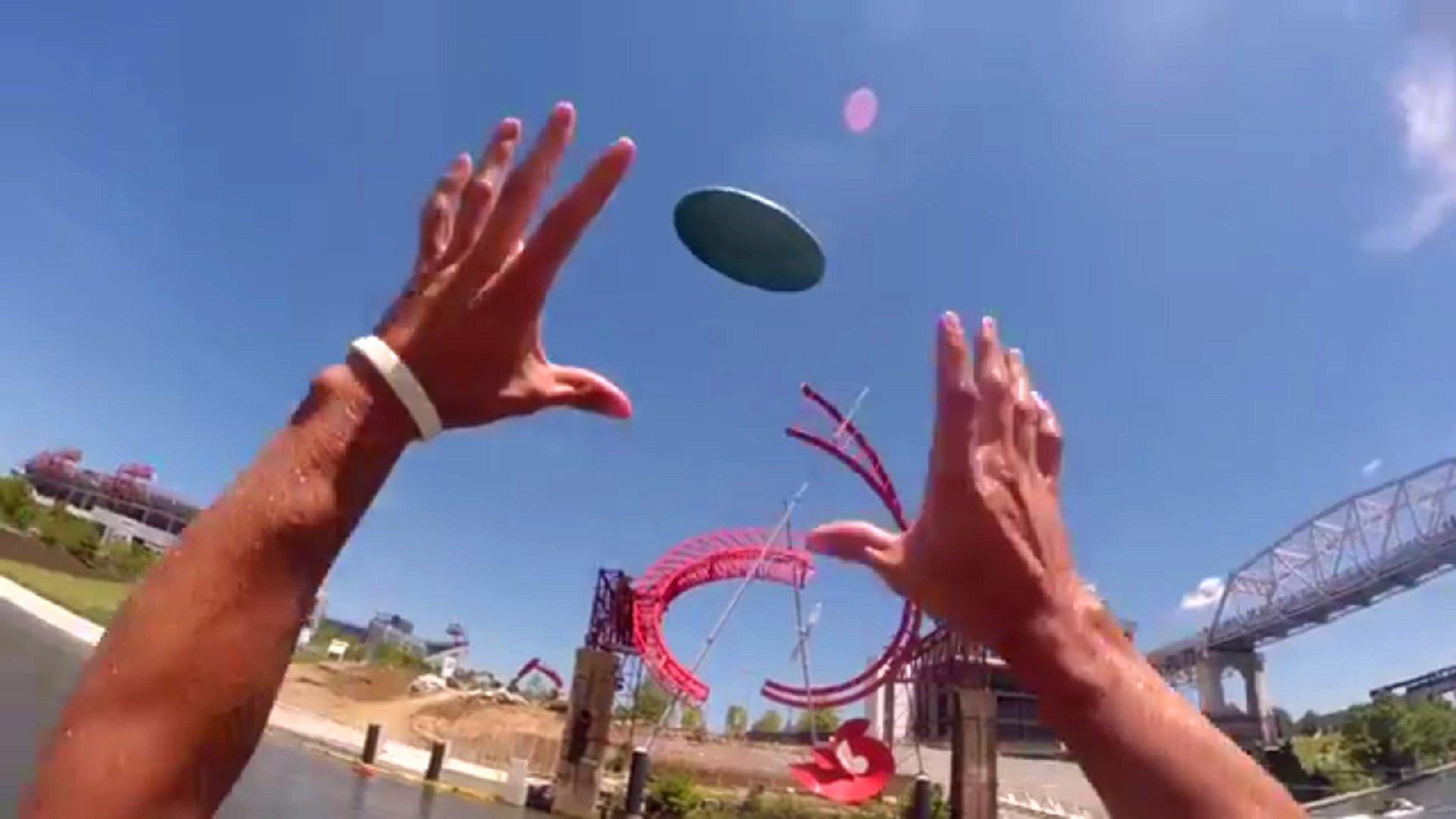 Ein paar amerikanische Jungs haben sich eine Brücke in Nashville, Tennessee, ausgesucht, um einen Frisbee-Trick-Shot der obersten Güteklasse zu veranstalten.