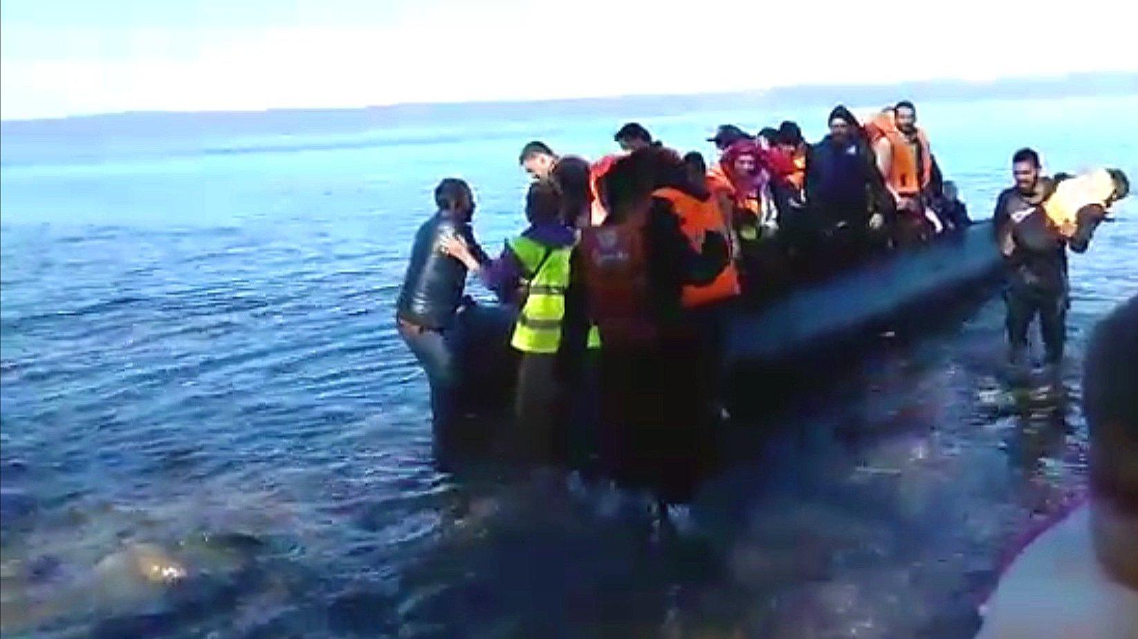 Flüchtlinge kommen im Boot auf der Insel Lesbos an