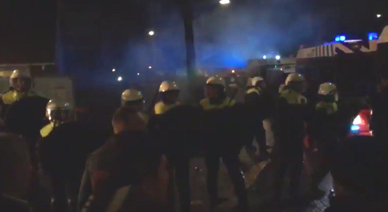 Holländische Polizisten stehen fremdenfeindlichen Demonstranten in Geldermalsen gegenüber