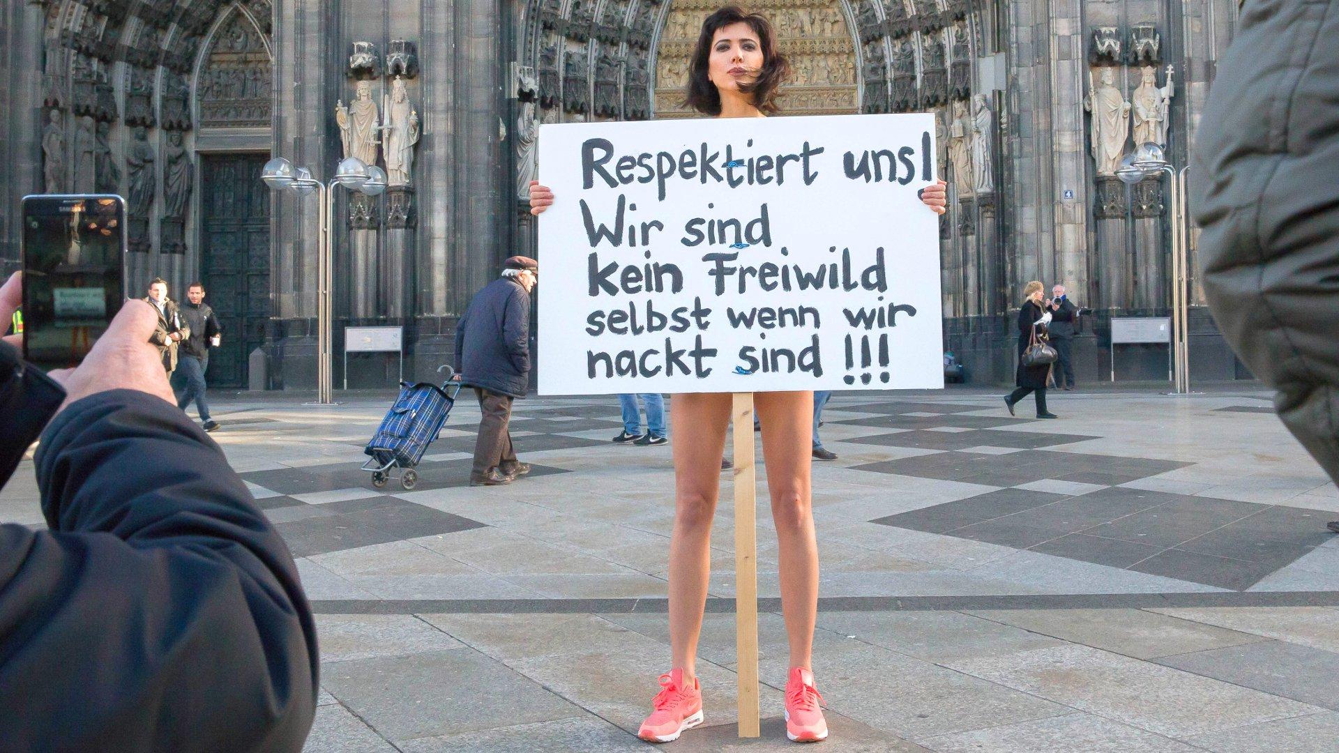 Nacktkünstlerin Milo Moiré protestiert nackt am Kölner Dom, Januar 2016.