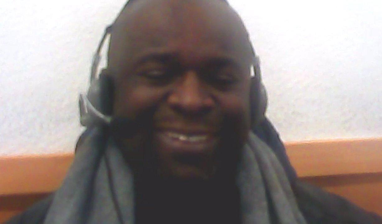 Serge Nathan Dash menga sitzt in einem Internetcafé und spricht über seine Wutrede auf facebook und über kriminelle Flüchtlinge