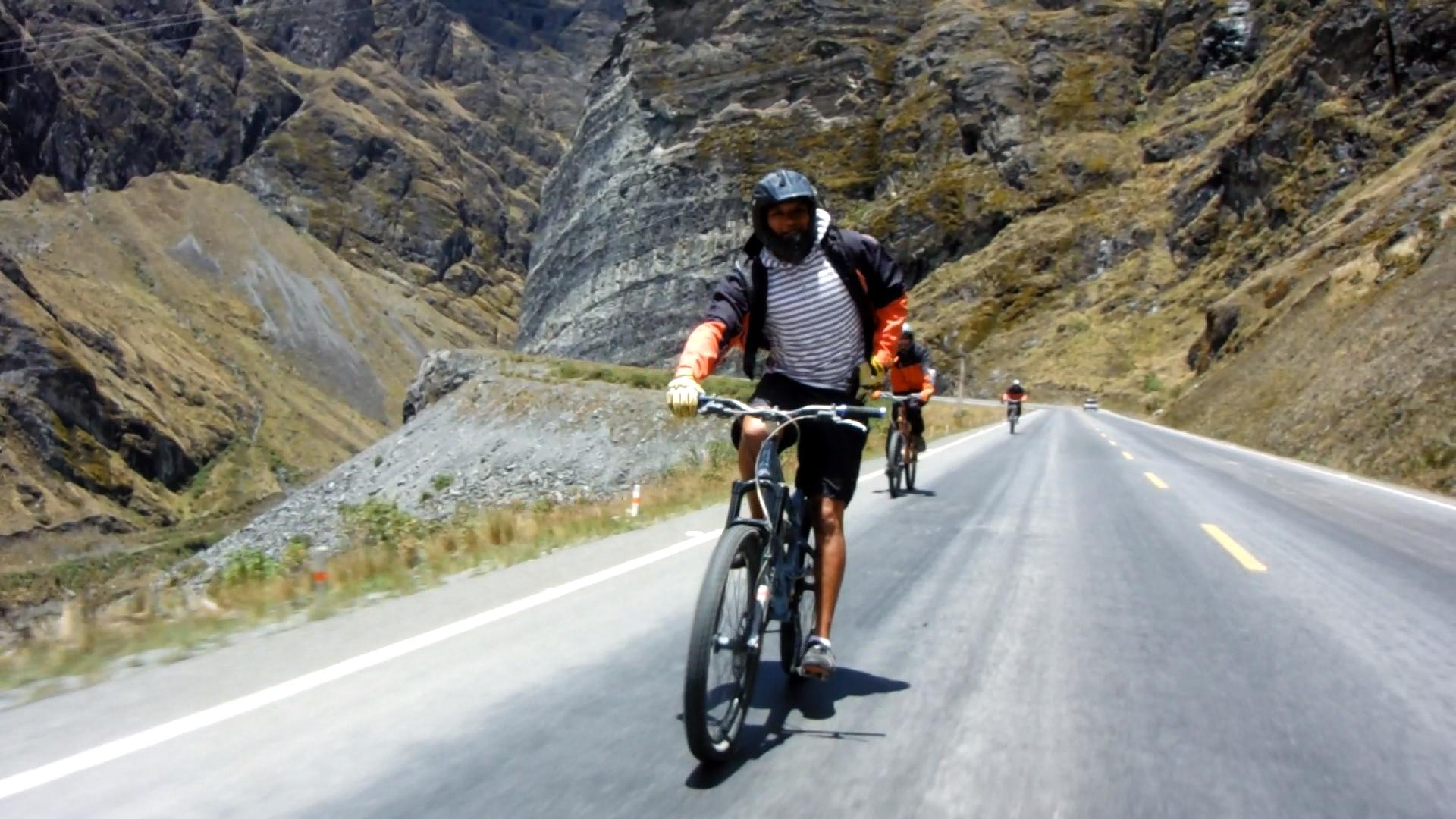 Videotagebuch Boliviens Todesstraße - Fahrt in den Abgrund: Radfahrer auf einer asphaltierten Straße auf dem Weg nach unten
