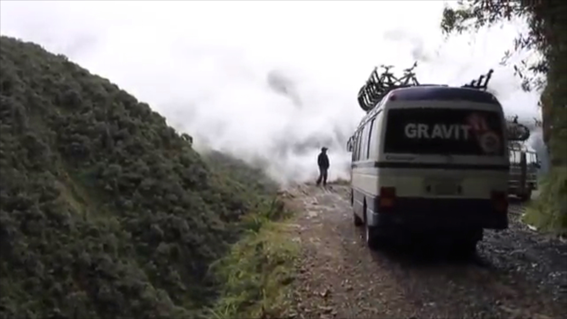 Videotagebuch Boliviens Todesstraße - Fahrt in den Abgrund: Busse fahren auch die enge Todesstraße entlang