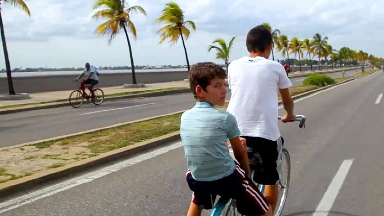 Videotagebuch Mein Kuba - Leben im Sozialismus: Kinder fahren auf einem Fahrrad