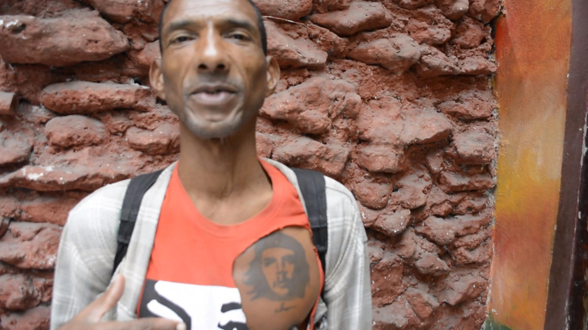 Videotagebuch Mein Kuba - Leben im Sozialismus: Kubaner mit Che Guevara-Tattoo auf der Brust