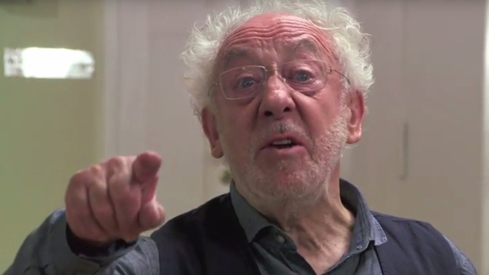 Flash: Dieter Hallervorden singt über Merkel