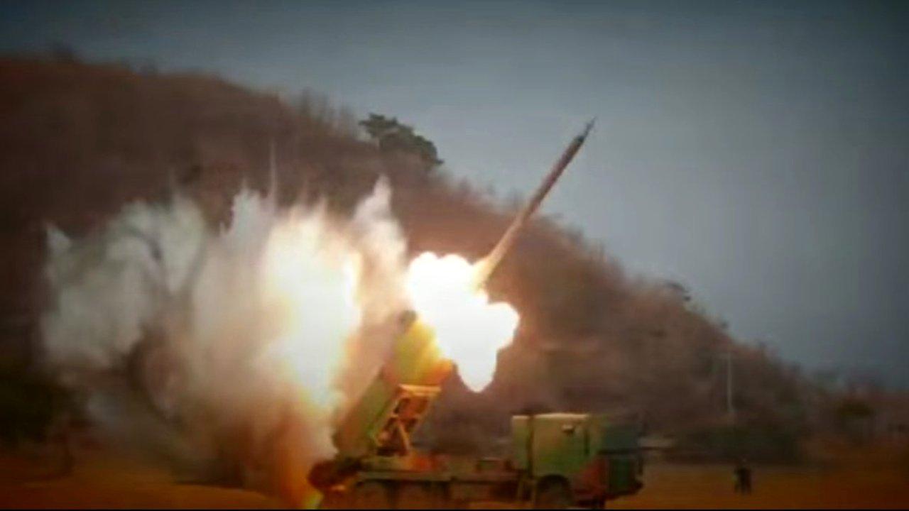 Propagandavideo Nordkoreas zeigt die Zerstörung Südkoreas. Abbildung einer Rakete aus dem Video