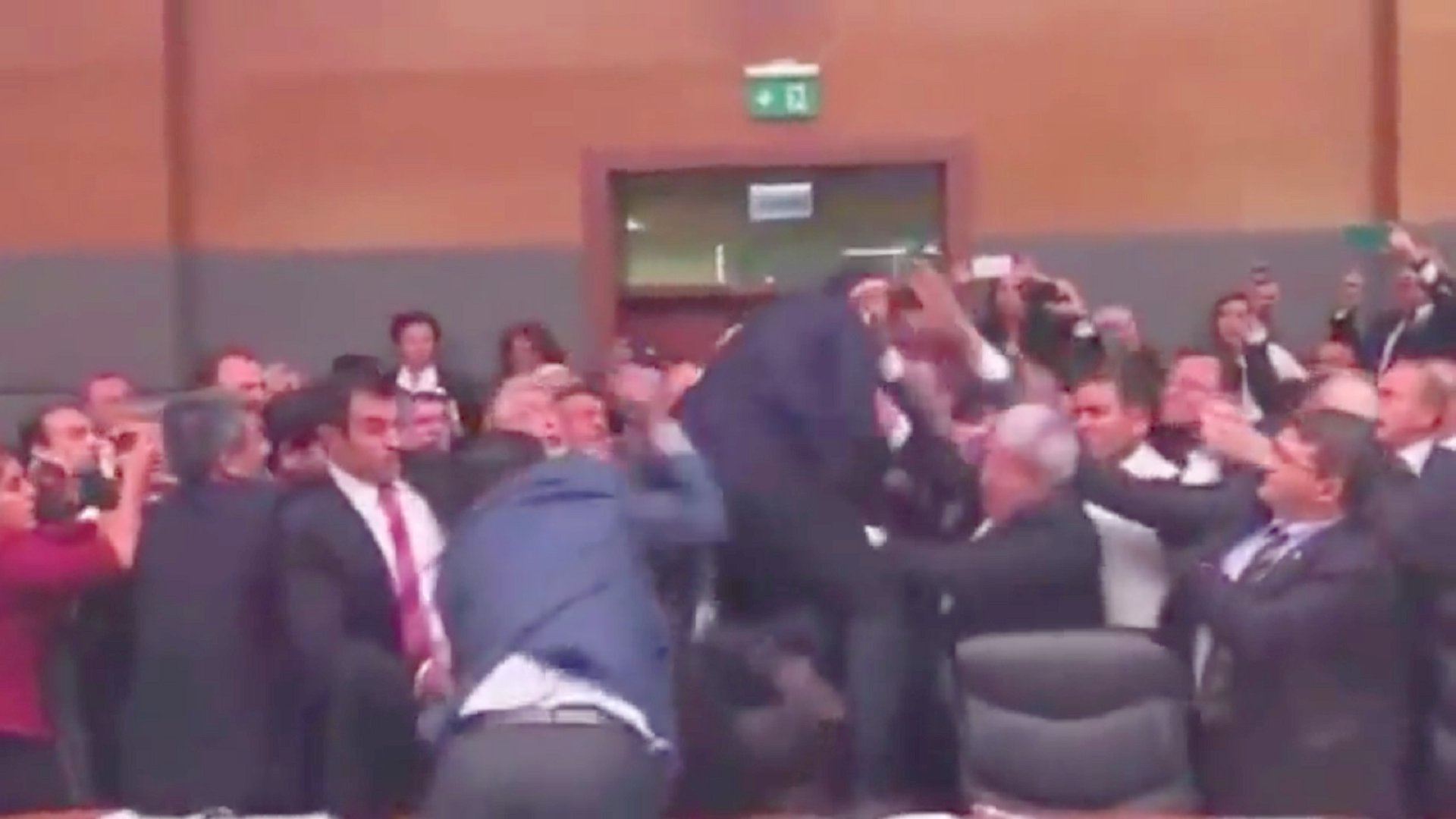 Schlägerei im türkischen Parlament