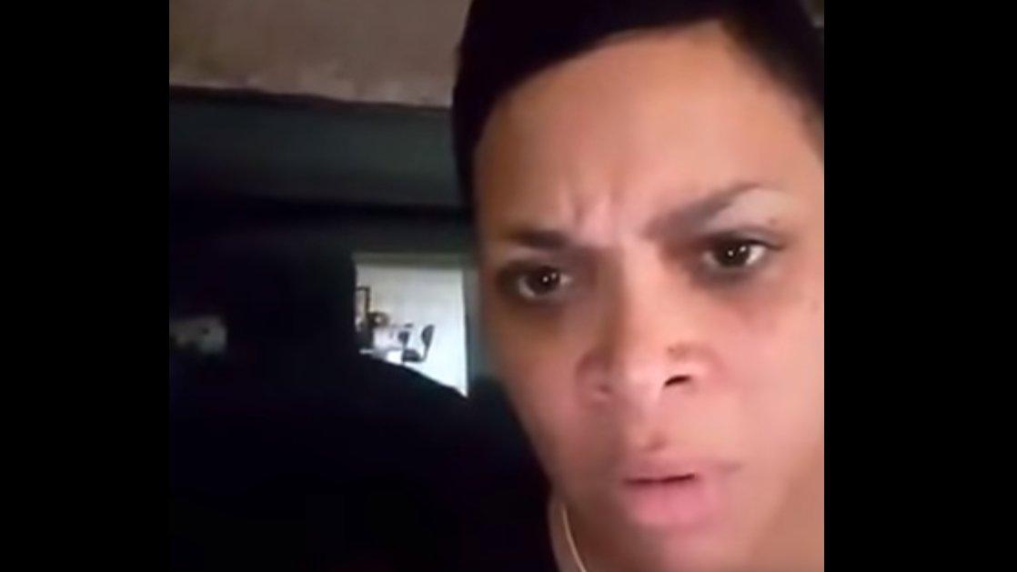 Schwarze US-Polizistin regt sich über rassistische Kollegen auf.