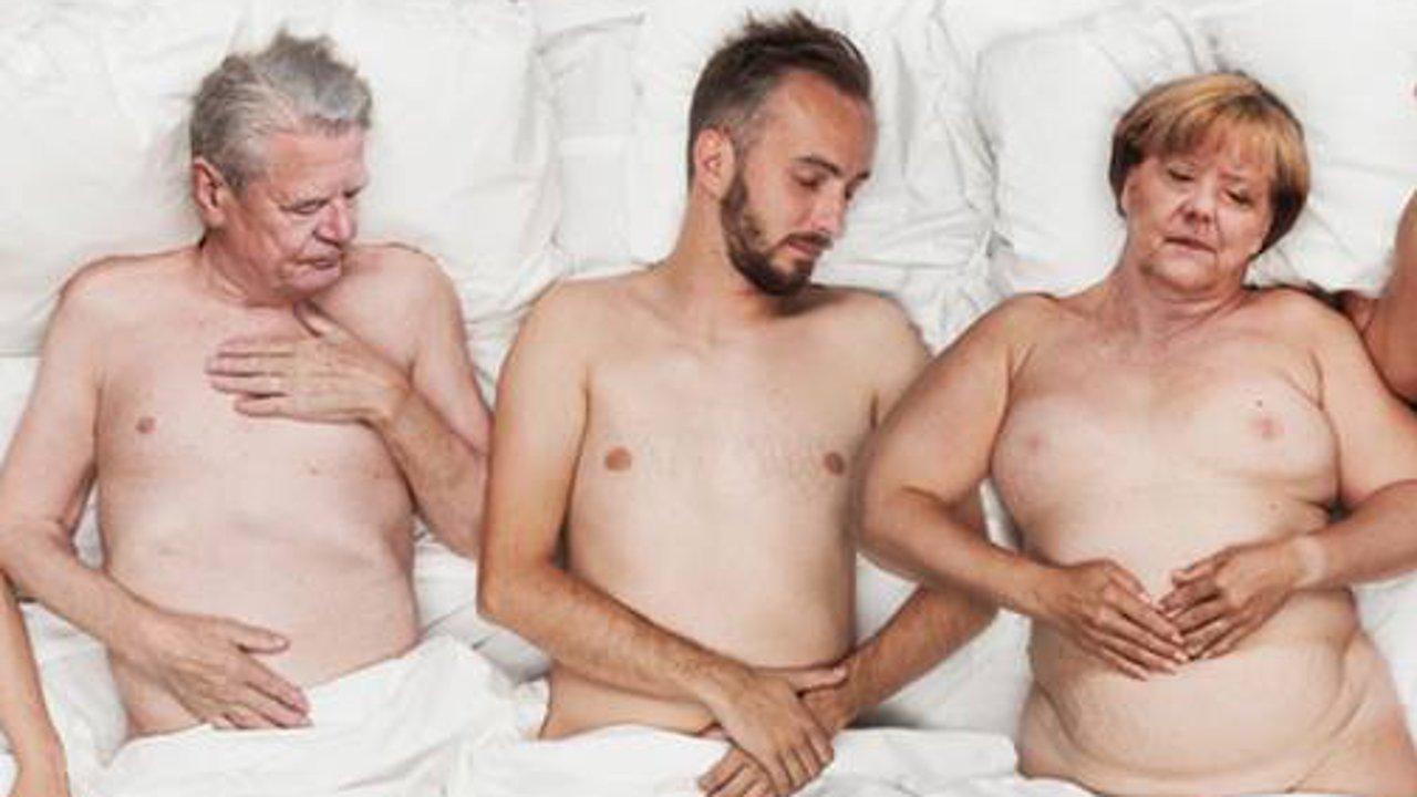 Jan Böhmermann im Bett mit Angela Merkel und Joachim Gauck