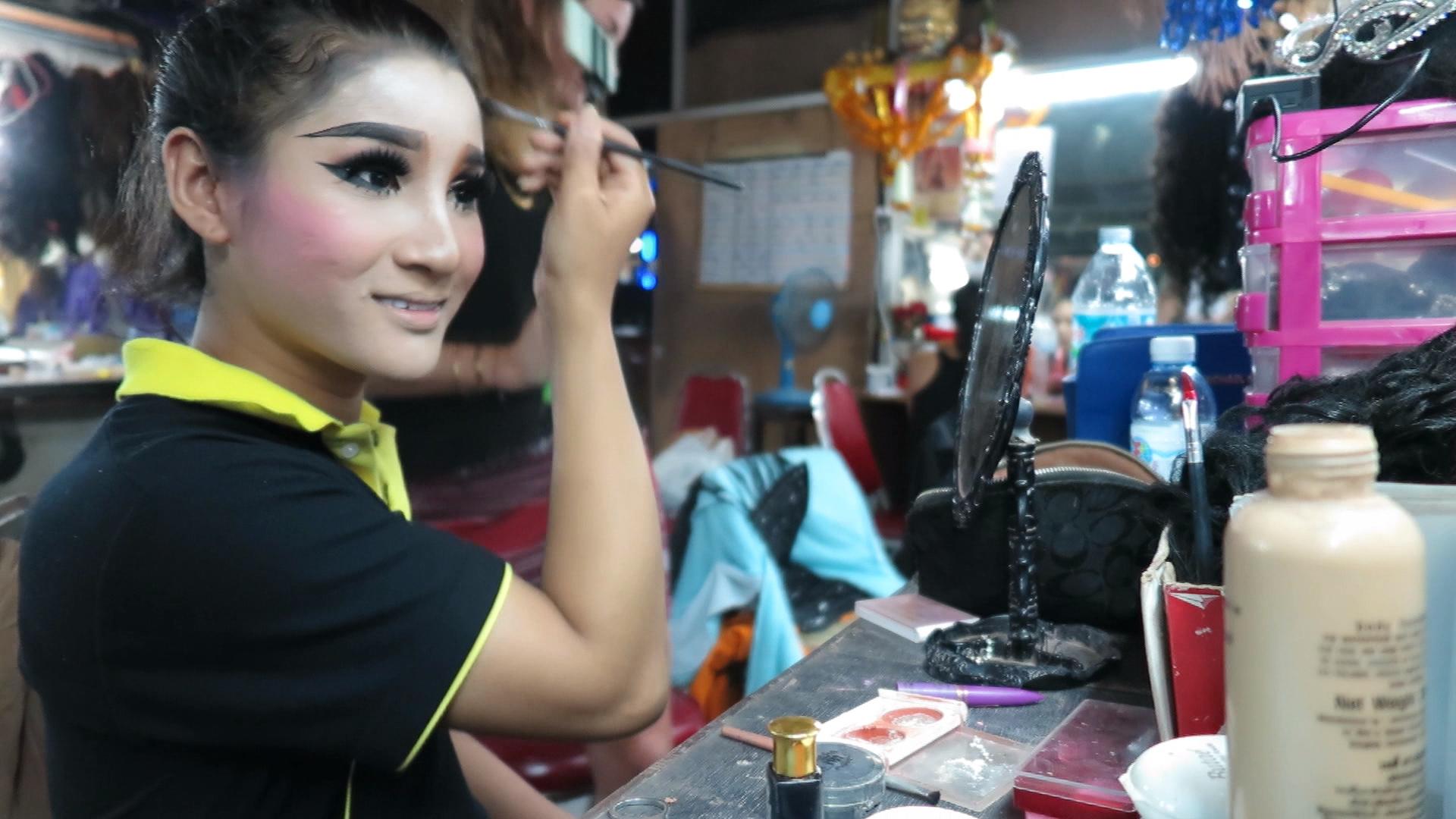 Thailand: Ladyboy schminkt sich für einen Auftritt
