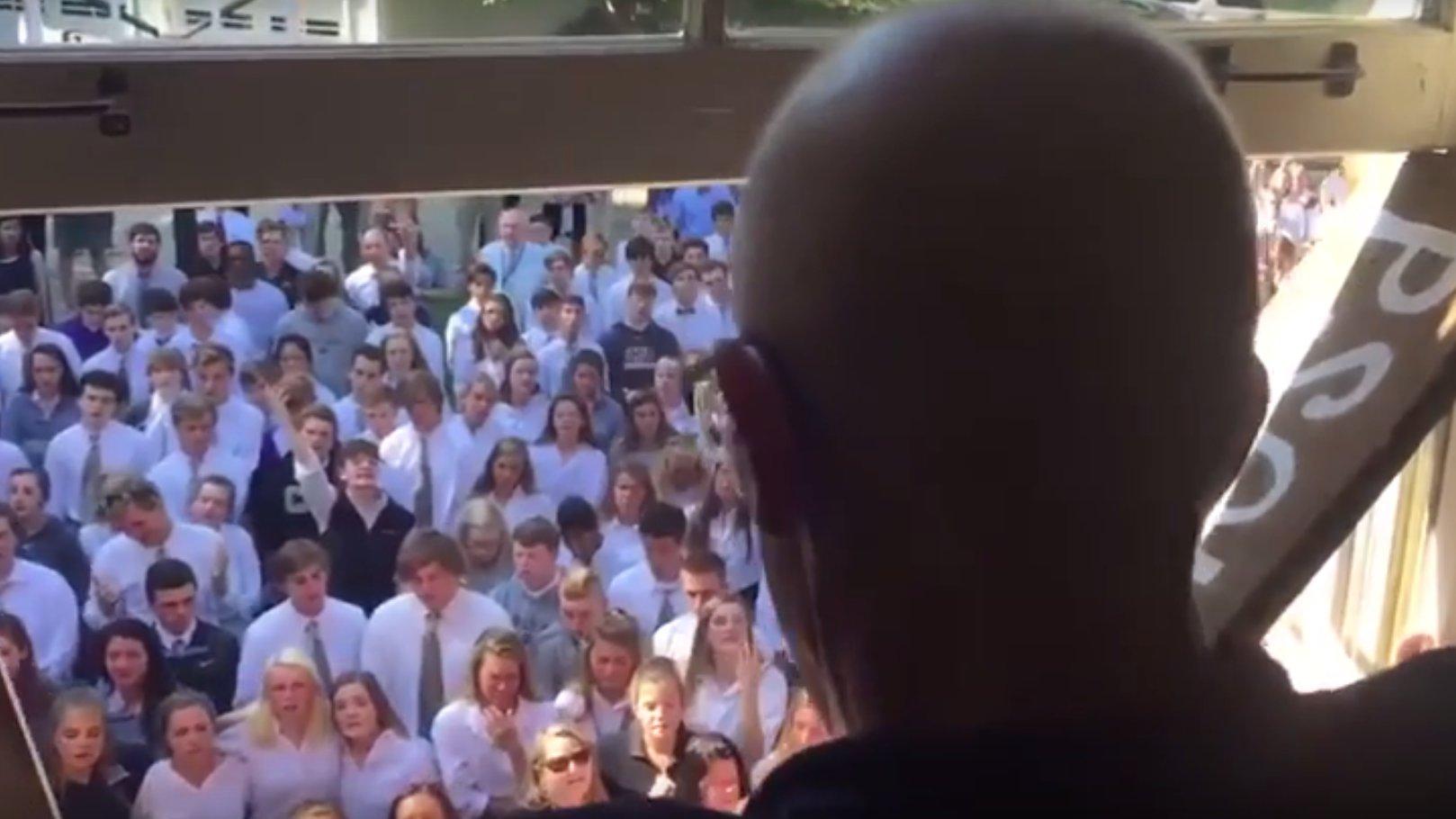 Schüler singen für krebskranken Lehrer, USA