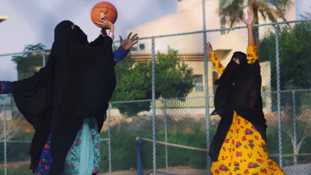 Skateboarden mit Niqab? Musikerinnen provozieren mit Videoclip