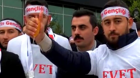 Türkei: AKP-Politiker zerquetschen in Izmit Orangen als Protest gegen die Niederlande, 2017.