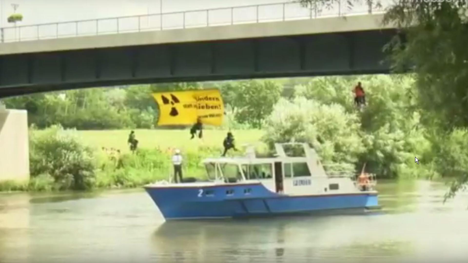 Umweltschützer stoppen ersten Atommüll-Transport zu Wasser