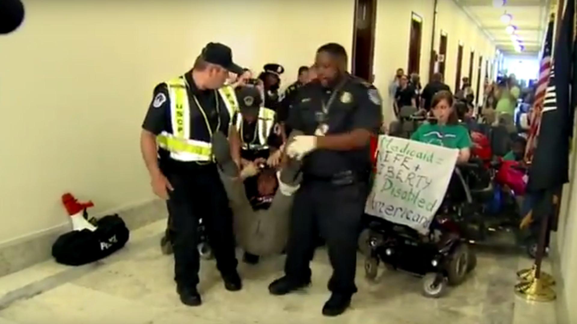 Gegen Trumps Gesundheitsreform: Menschen mit Behinderung aus Capitol entfernt