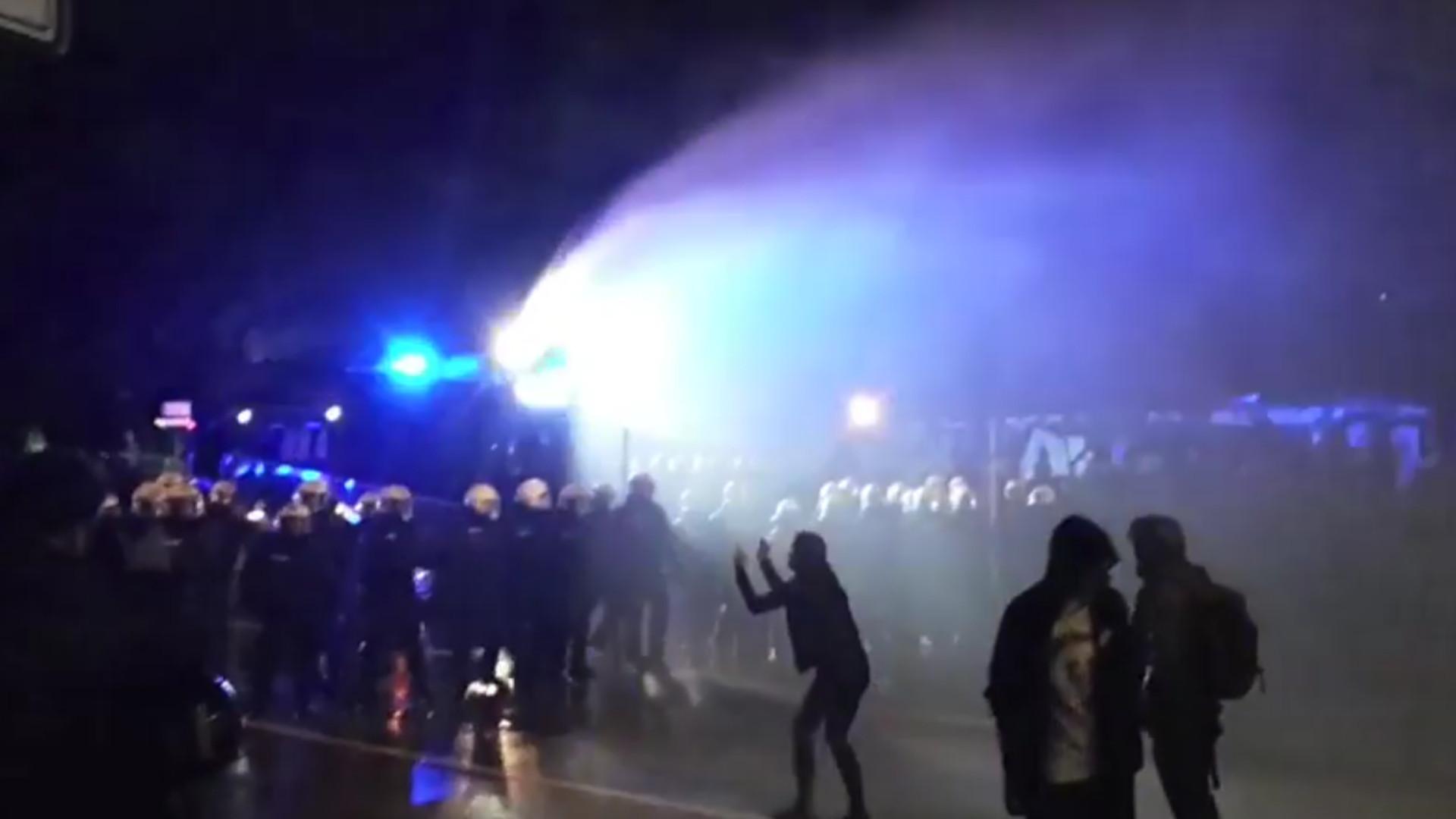 G20-Demo in St. Pauli aufgelöst: Polizei setzt Wasserwerfer ein