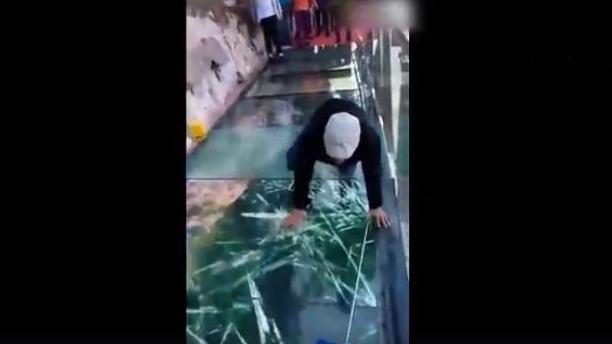 Erschreckende Touristenattraktion in China: Zersplitternde Brücke aus Glas