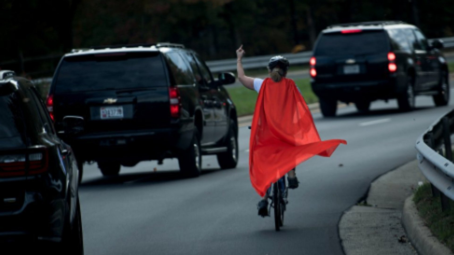 Netz-Hype um Frau, die Trump den Mittelfinger zeigte