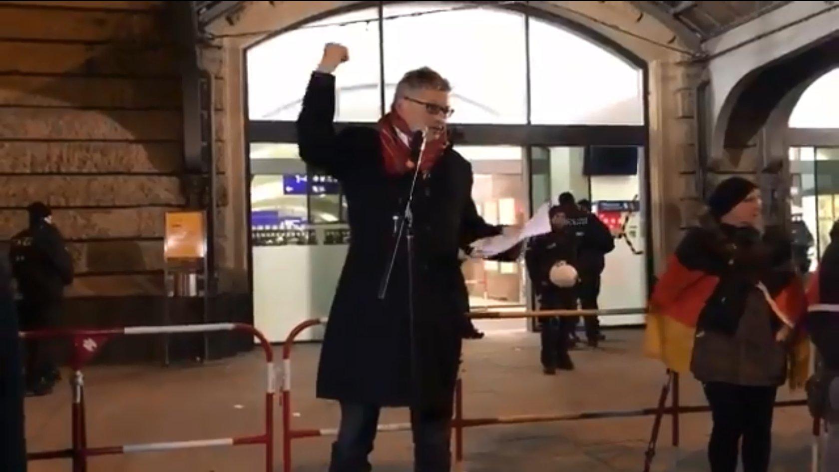 """Ex-SPIEGEL-Kulturchef Matussek redet bei """"Merkel muss weg""""-Demo"""