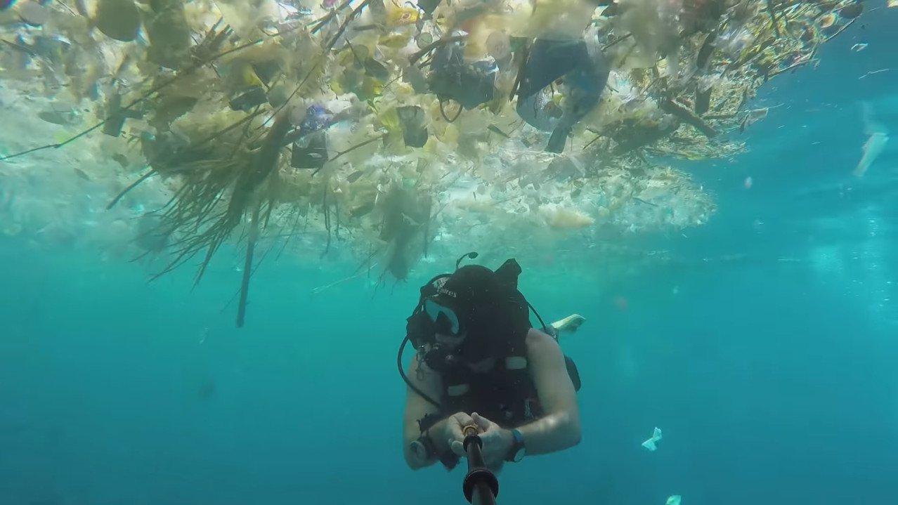 Plastik im Meer: Taucher filmt sich selbst in Sturm aus Müll
