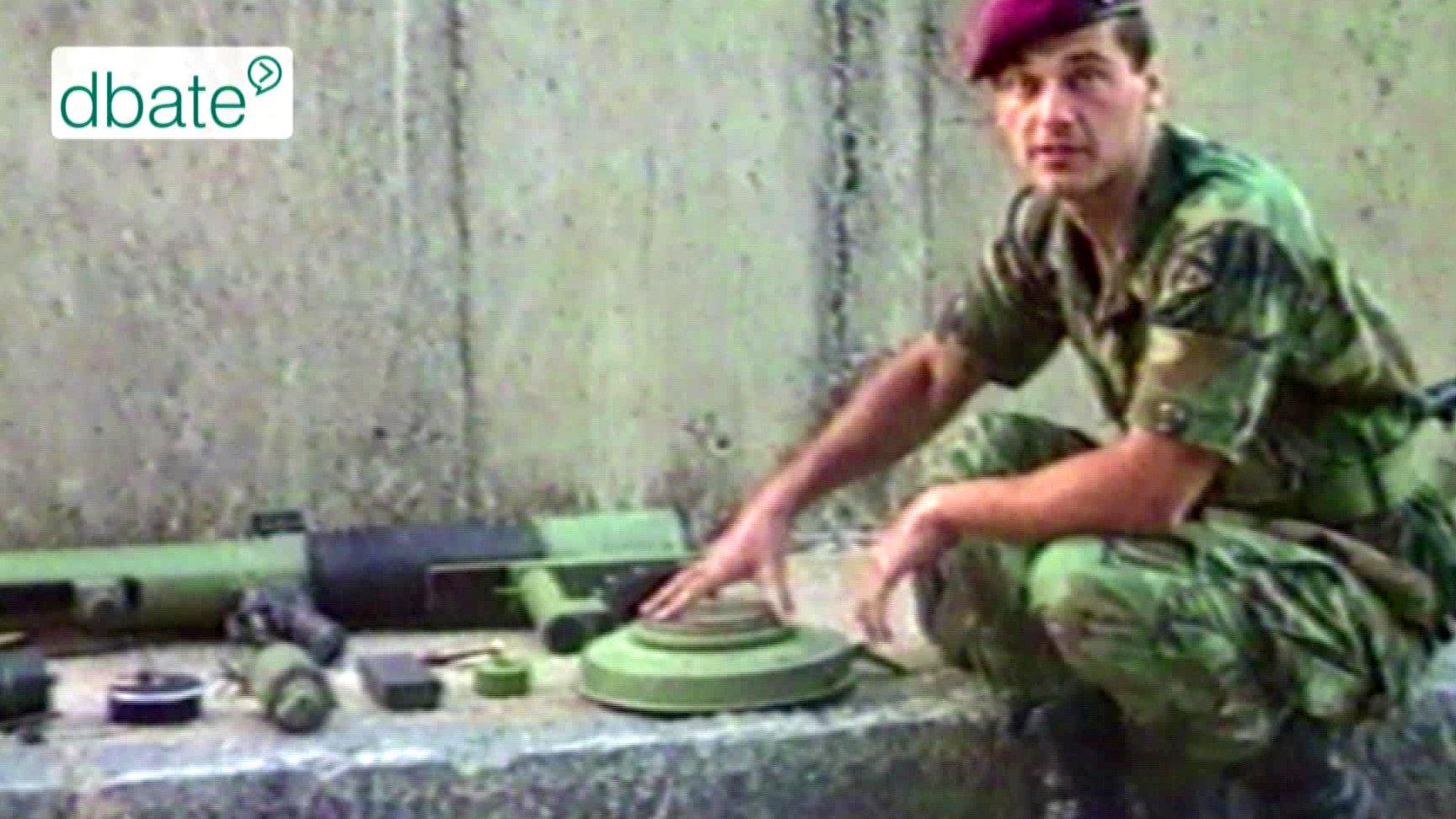 Frontarzt Boris Bill zeigt Waffen, die im Kroatienkrieg 1994 eingesetzt wurden.