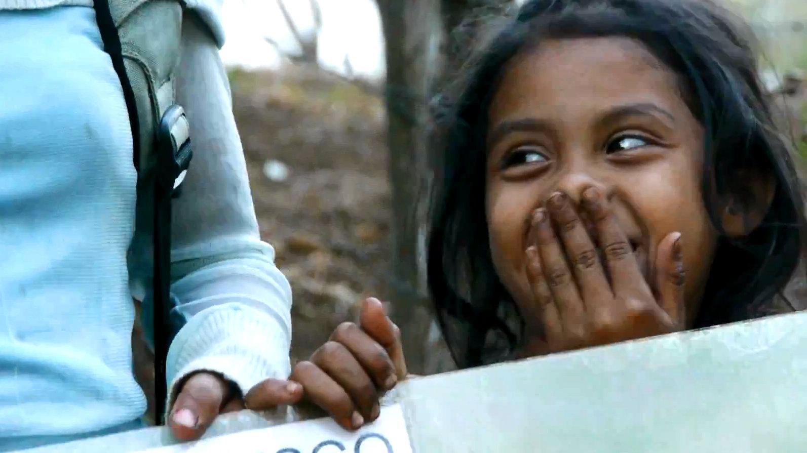 Ein kleines Mädchen lächelt in Nicaragua in die Kamera.