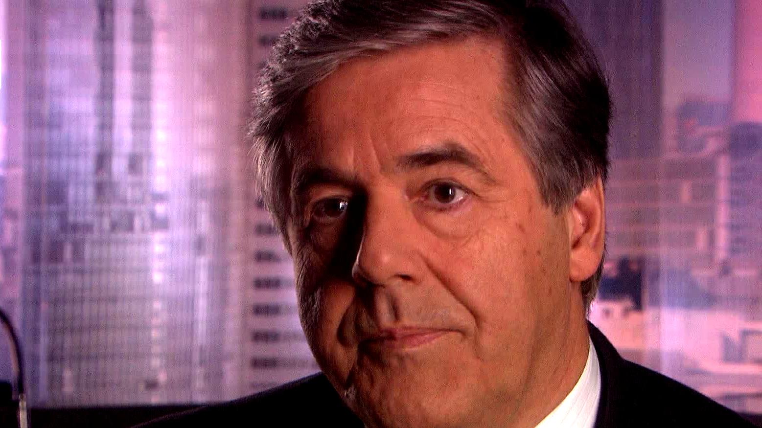 Ex-Chef der Deutschen Bank Josef Ackermann guckt während eines Interviews in die Kamera.