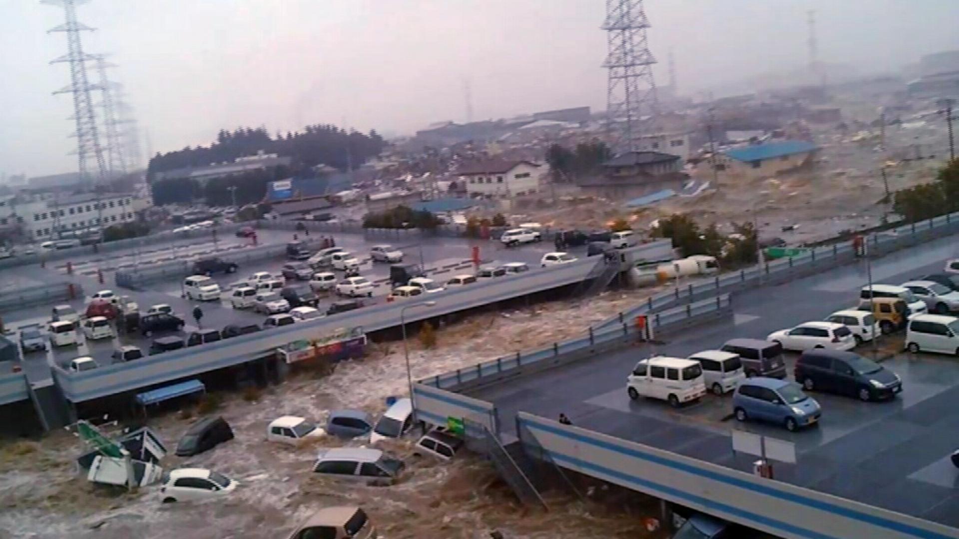 Überlebende der Katastrophe von Japan berichten von ihren Erlebnissen und zeigen Videoaufnahmen, die sie in Augenblicken größter Not selbst gedreht haben.