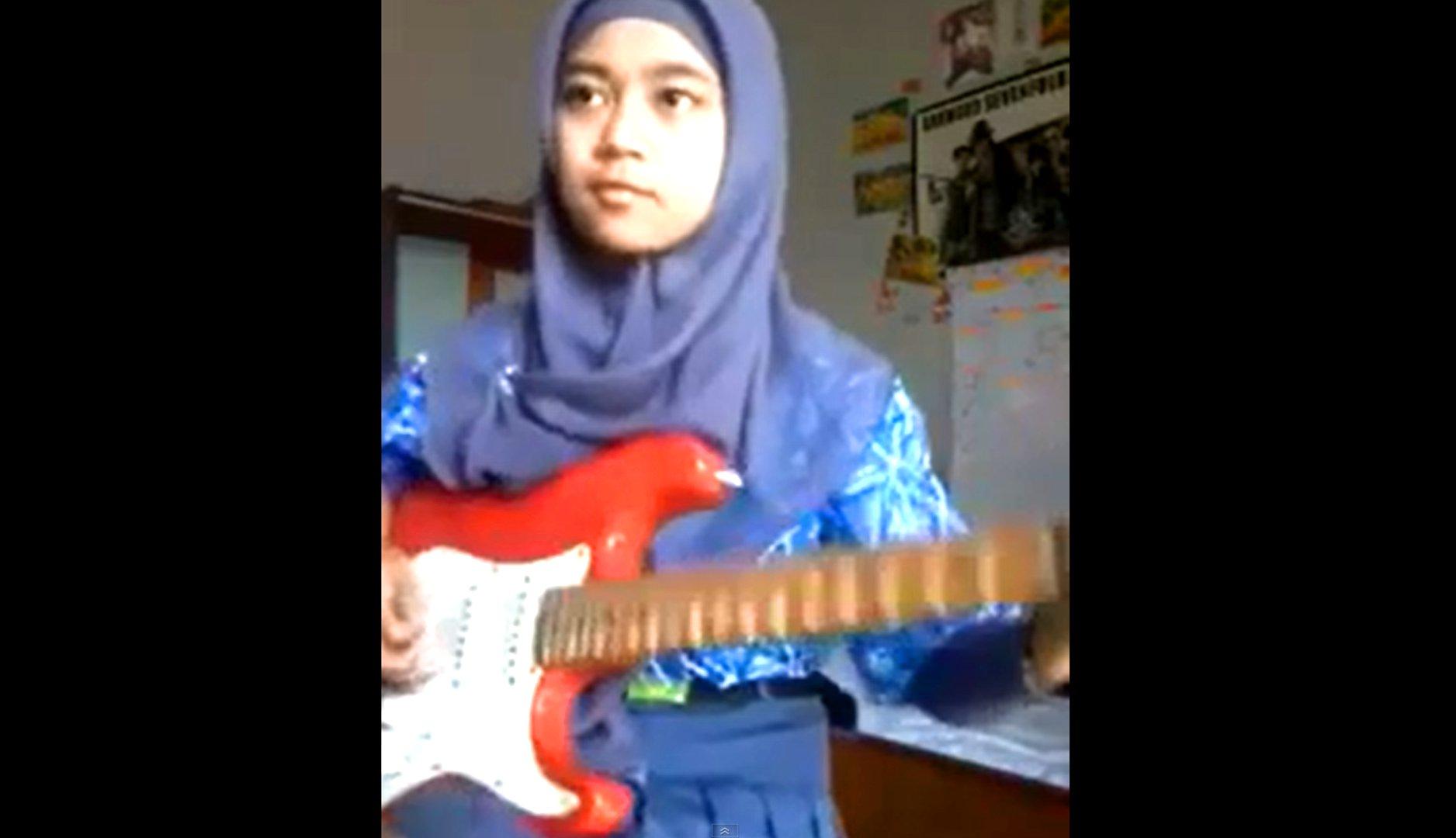 Muslima spielt E-Gitarre.